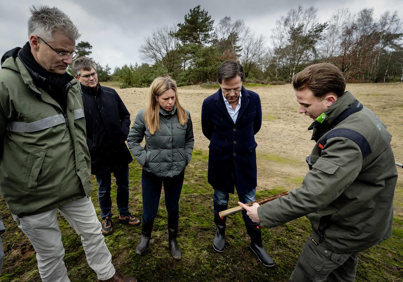 Premier Mark Rutte en minister Carola Schouten van landbouw eind januari tijdens een bezoek aan natuurgebied de Veluwe, waar ze natuurclubs en boeren spraken over de stikstofproblemen.