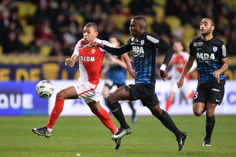 Modou Diagne in duel met Mbappé, een beeld uit 2017.