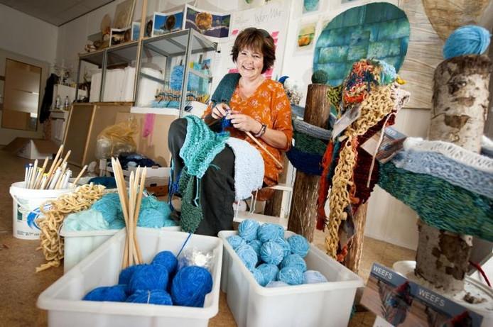 Lenneke te Kiefte in haar atelier in Electron: 'Ik ben blij dat breien weer terug is.' foto Edwin wiekens/het fotoburo