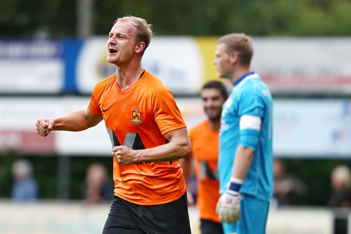 Rob van der Leij in extase na zijn eerste doelpunt tegen VVSB.