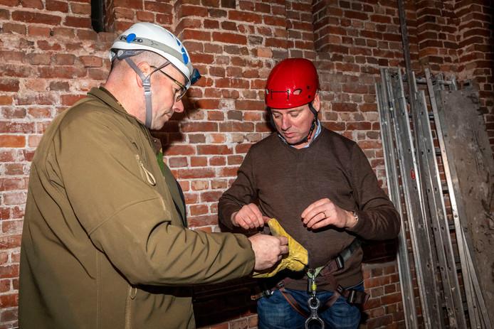 De nieuwe burgemeester van Geldrop Jos van Bree krijgt instructies van Marc Osterop van de scouting.