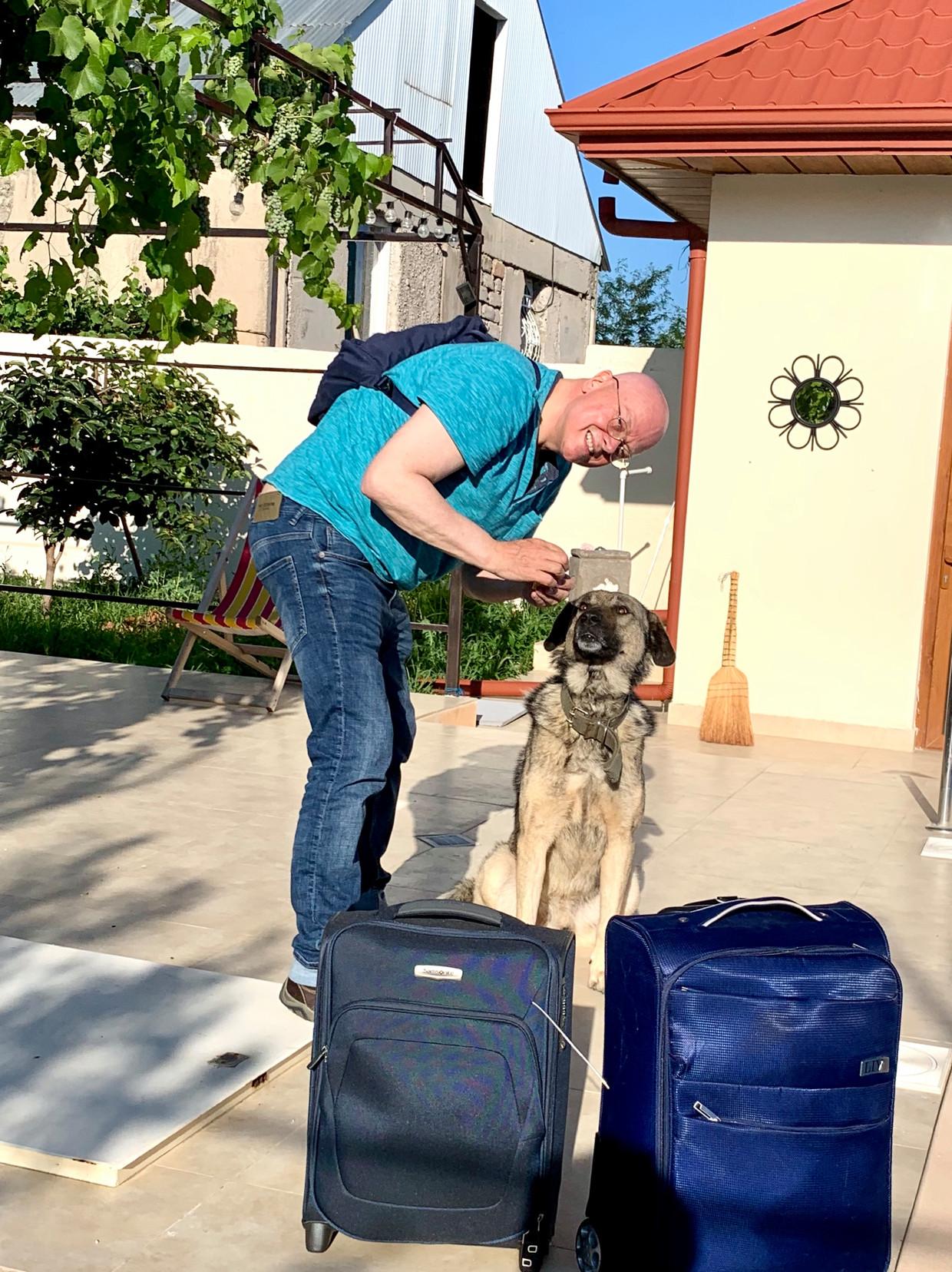 Journalist Ton Damen, met zijn Kaukasische herder Ringo, arriveert bij zijn huis in Georgië.  Beeld Ton Damen