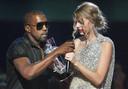 """Le jour où tout a basculé: en 2009, Kanye West vole le micro à Taylor Swift et déclare que """"Beyoncé est la meilleure artiste de tous les temps"""". Cet épisode marquera le début du conflit entre les deux stars."""