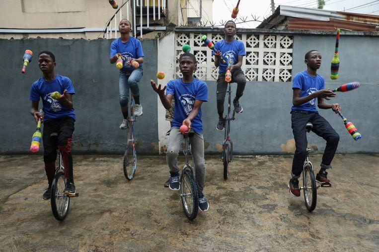In de Nigeriaanse hoofdstad Lagos trainen de jongens van de GKB-academie (God knows best) hoe ze op hun eenwielers moeten jongleren. De academie heeft al veertig jongeren tussen 7 en 15 jaar opgeleid. Ze zijn te boeken voor een voorstelling.  Beeld Reuters