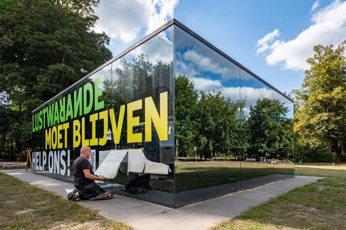 Tilburg - Pix4Profs - Joris Buijs Het paviljoen Grotto in de Warande is voorzien van stickers als protest tegen het wegvallen van de subsidie. Foto Pix4Profs/Joris Buijs