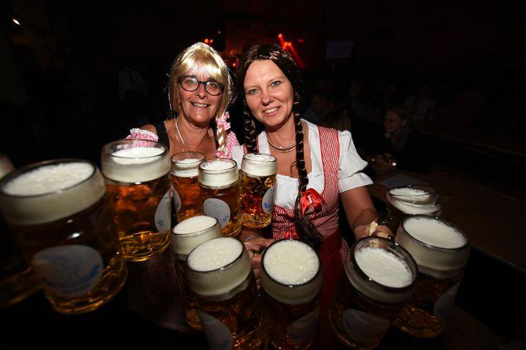 Geen Oktoberfest zonder traditionele klederdracht en - uiteraard - grote pullen bier.