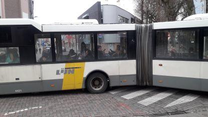 Geblokkeerde harmonicabus houdt verkeer in centrum op