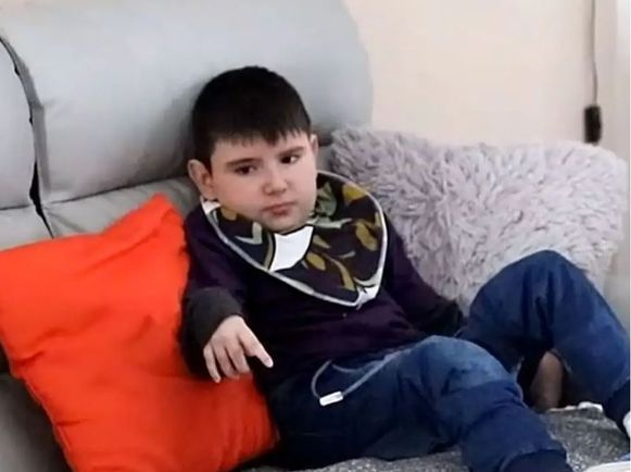 Nolan was 23 maanden toen hij met de E-colibacterie besmet raakte na het eten van een burger uit Lidl. Hij raakte verlamd en kreeg vorig weekend een hartstilstand.