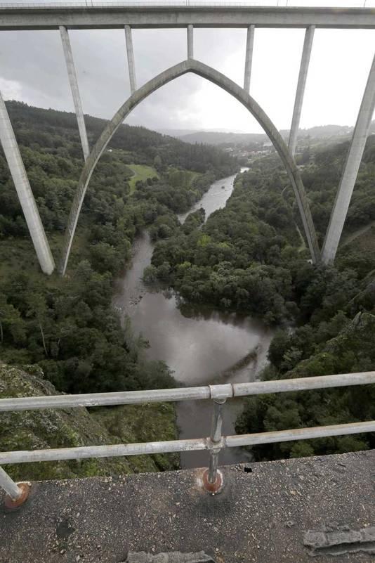 De brug (voorgrond) in Ponte Ulla waar Ramón Smits Álvarez vanaf is gesprongen.