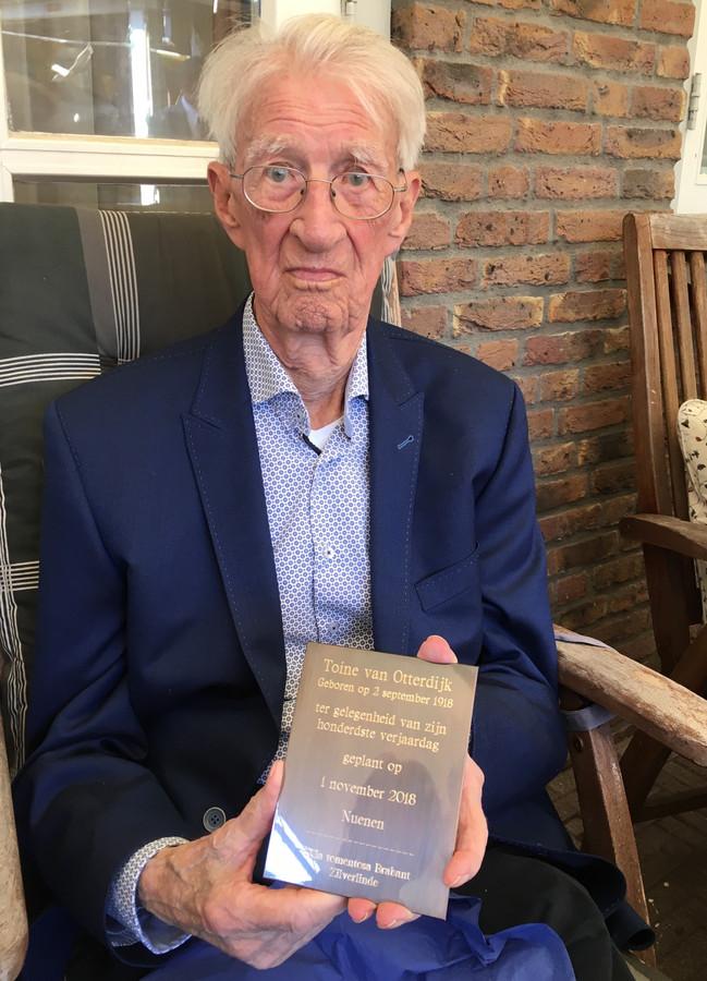 De heer Toine van Otterdijk met de plaquette die later dit jaar geplaatst wordt.