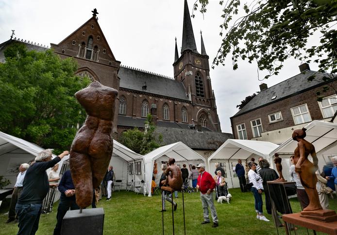 In de pastorietuin bij de kerk in Stiphout werd tijdens Stiphout Art werk getoond van ongeveer twintig kunstenaars.