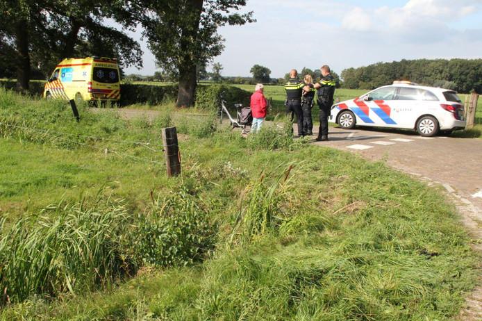 Hulpdiensten bij de plek waar de man in het water terecht was gekomen.