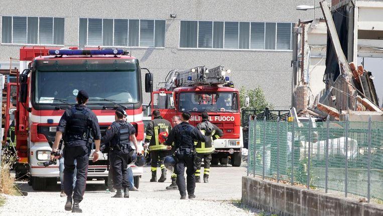 Brandweermannen arriveren bij een fabriek die door de aardbeving is ingestort in San Felice. Beeld epa