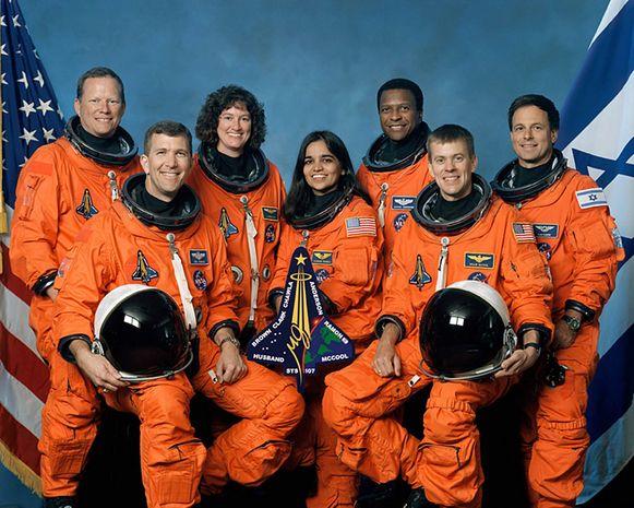 De verongelukte bemanning van de Columbia: Rick D. Husband, Kalpana Chawla, William C. McCool (vooraan van links naar rechts), David M. Brown, Laurel B. Clark, Michael P. Anderson en Ilan Ramon (achteraan van links naar rechts).