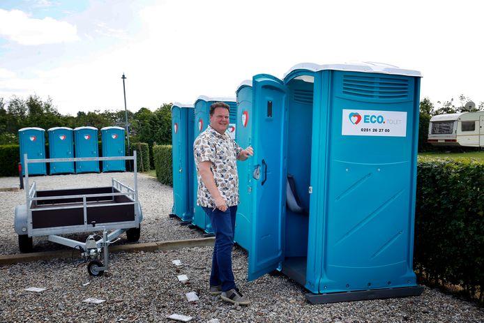 Bas van Mill toont de mobiele toiletten.
