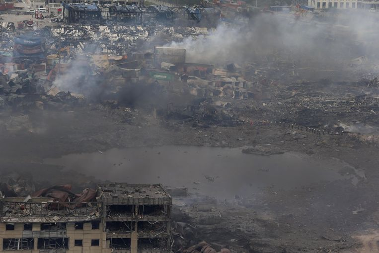 De rampplek in Tianjin vanuit de lucht. Er is onduidelijkheid over de stoffen die vrij zijn gekomen bij de explosies. De smogmeter-app biedt ook geen uitsluitsel. Beeld anp