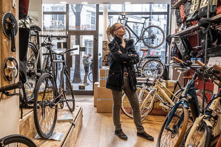 Elodie Denis kijkt naar fietsen in fietsenwinkel BeastyBikes. Beeld Joris Van Gennip