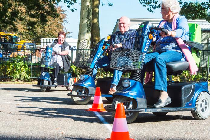 Scootmobielers krijgen in Oudheusden les in het hanteren van hun voertuig.