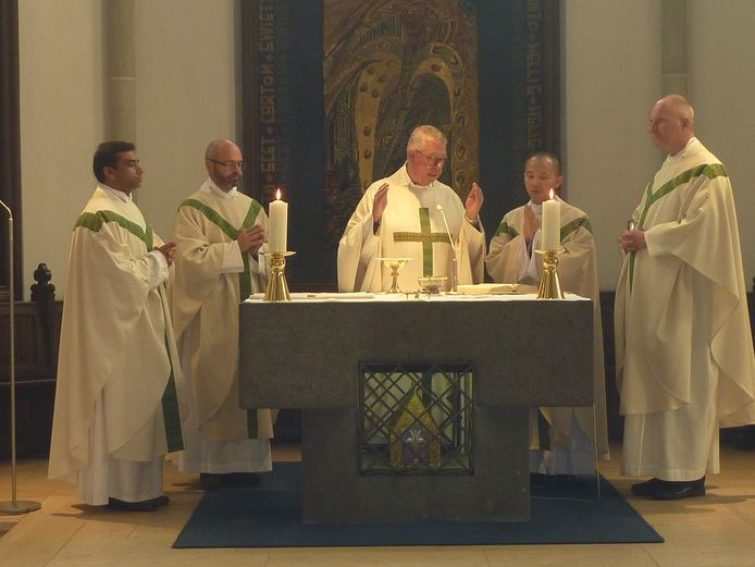 Vijf pastores gaan in 2016 voor in de eucharistieviering  in de biechtkapel in Kevelaer.