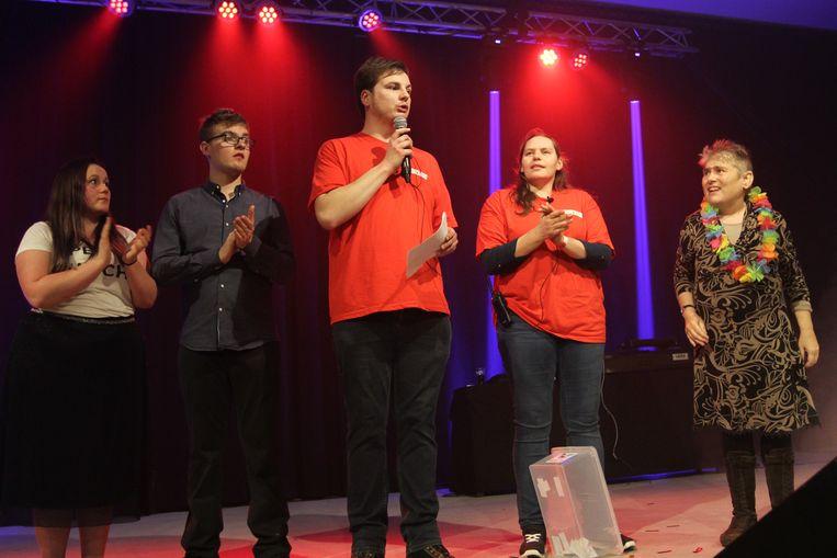 De organisatie maakte samen met enkele bewoners van De Troon de gelukkige winnaars van de meet-and-greet bekend.