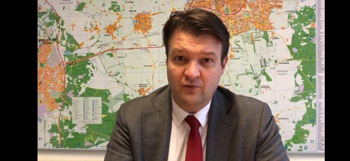 Burgemeester Han van Midden van Roosendaal in zijn nieuwste videoboodschap voor de inwoners.