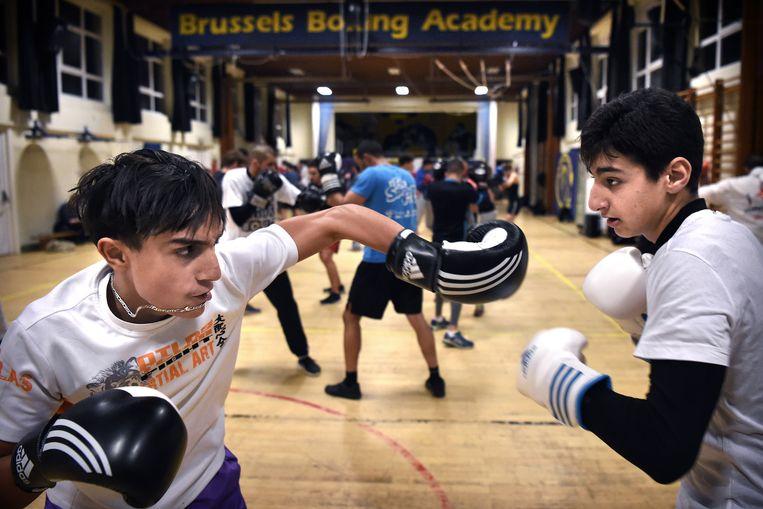 De boksschool in het Brusselse Molenbeek. 'Jongeren radicaliseren niet omdat ze fundamentalistisch zijn. Ze gaan naar Syrië omdat ze het in de wijken zo klote vinden.' Beeld Marcel van den Bergh