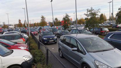 """Woonwijk afgesloten na verkeersinfarct aan winkelcentrum: """"Bij een ramp konden de klanten geen kant meer op"""""""