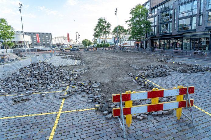 Eerder dit jaar ging het mis op het Raadhuisplein in Alblasserdam. Op 11 juli werd een flink deel van de bestrating met shovels eruit gehaald, terwijl dat nog niet de bedoeling was.