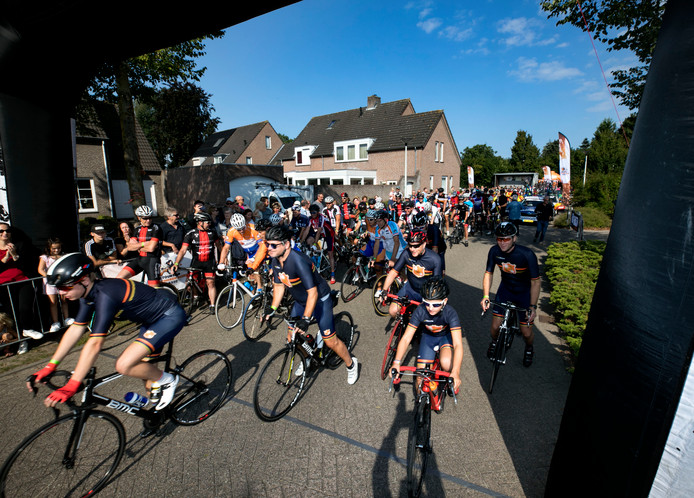 De tour der ongeschoren benen in Lierop de start