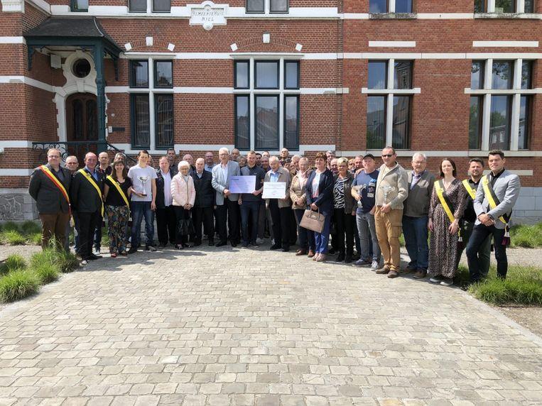 Het gemeentebestuur huldigt de Nielse Duivenliefhebbersvereniging en de Nielse Federatie Toppenbiljart.