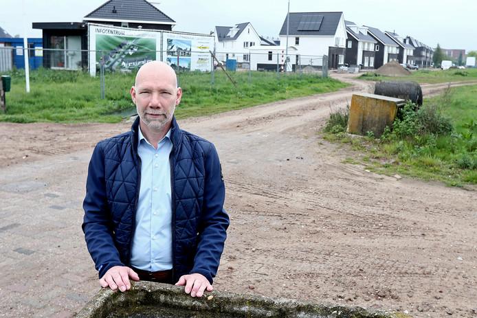 Evert Jan van Til op het nieuwbouwterrein van de wijk Leesten in mei 2017, toen hij ook al overhoop lag met de gemeente Zutphen.