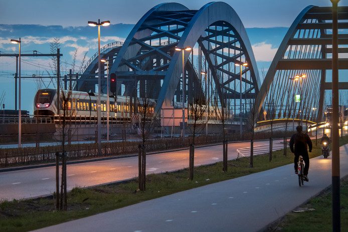 Een van de eerste treinen die vanochtend vroeg over de nieuwe spoorbrug over het Amsterdam-Rijnkanaal bij Utrecht reden.