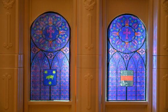 Tot aan de kleinste details is gedacht, zoals mooie glasramen met wapenschilden van Dendermonde en Sint-Gillis.