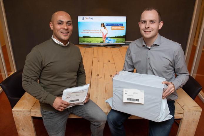 Maurice Stell (links) en Dennis Meijer hebben een nieuwe methode bedacht voor het veilig versturen van pakketjes met speciale zakken.