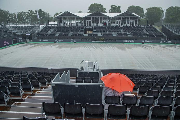 Door de hevige regenval zijn de wedstrijden bij het tennis grastoernooi van Rosmalen voorlopig uitgesteld.