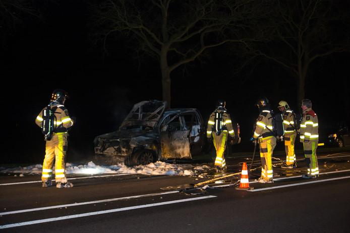 De auto brandde volledig uit langs de N348 tussen Wesepe en Broekland.