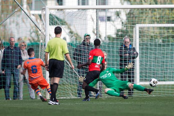 PEC Zwolle speler Mustafa Saymak scoort de 0-1.
