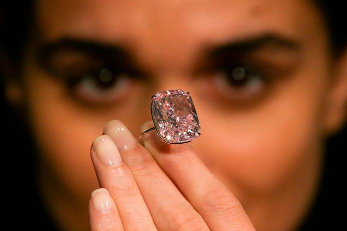 Een model poseert met de 'The Raj Pink'.