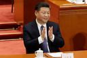 President Xi Jinping applaudiseert nadat het Chinese Volkscongres hem zondag vrijwel unaniem de onbeperkte macht gaf.