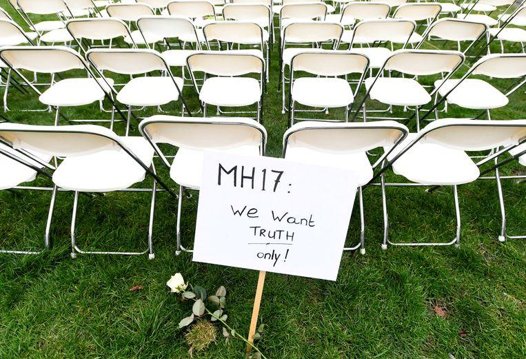 Een protest voor de Russische ambassade in Den Haag, in maart dit jaar. MH17-nabestaanden zetten er 298 lege stoelen neer.  Beeld REUTERS