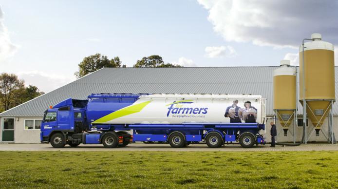 Een vrachtwagen van ForFarmers op het erf van een boer.