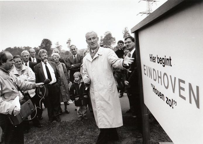 Plaatsen van een bord tegen annexatie van Waalre door Eindhoven, 8 oktober 1991.