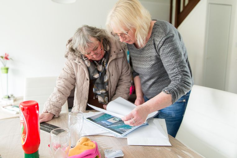 Doris (rechts) en Sylvie Delelis, de overlevende zussen van Laurent, bekijken het politiedossier Beeld