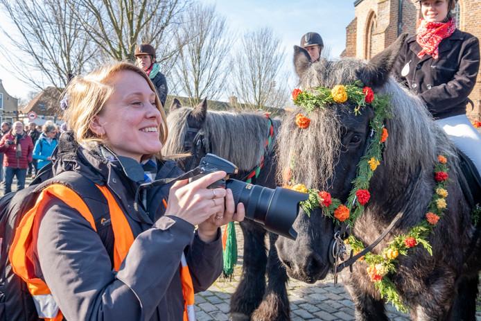 Fotografe Janne van Gilst maakt een boek met dertig portretten van paard en de trotse Straôrijders in de zes deelnemende dorpen op Schouwen-Duiveland