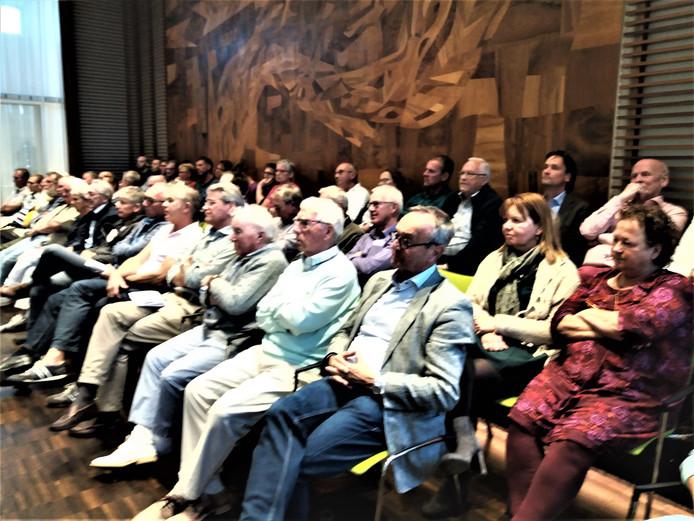 Veel mensen op de publieke tribune tijdens de opiniërende raadsvergadering.