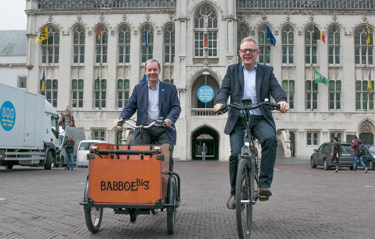 Interwaas-voorzitter Lieven Dehandschutter en gedeputeerde Peter Hertog testen twee elektrische fietsen uit.