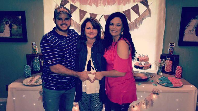 Cody Jones (L) met zijn moeder Patty Resecker (M) en vrouw Kayla (R).