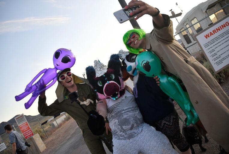 Feestvierders verzamelden zich vrijdag aan de ingang van Area 51 in Nevada.