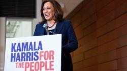 """PORTRET. Kamala Harris kan de eerste vrouwelijke vicepresident worden: """"Mama leerde me om niet te klagen, maar te doén"""""""