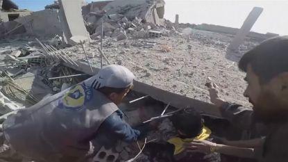 White Helmets redden kind vanonder puin na bombardement